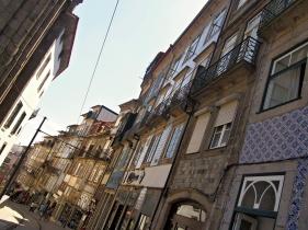 Domy v uličce Rua da Assuncao – projíždí tudy historická tramvaj č.22