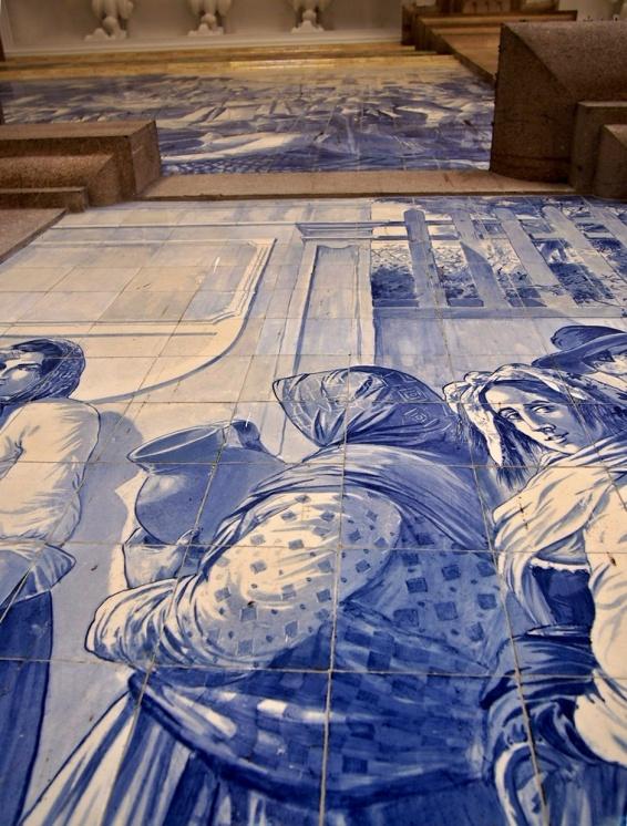 Výzdoba dlaždicemi Azulejos na vlakovém nádraží Sao Bento zobrazuje významné historické události